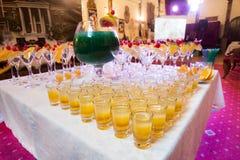 Abastecimiento - cócteles del alcohol con el cuenco del vino Fotografía de archivo libre de regalías
