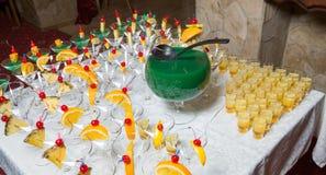 Abastecimiento - cócteles del alcohol con el cuenco del vino Imagenes de archivo