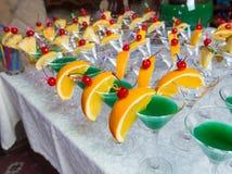 Abastecimiento - cócteles verdes del alcohol Fotografía de archivo libre de regalías