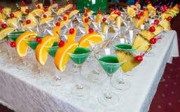 Abastecimiento - cócteles verdes del alcohol Fotografía de archivo