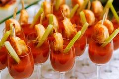 Abastecimiento - coctails del bocado con el jugo y los camarones de tomate Fotos de archivo libres de regalías