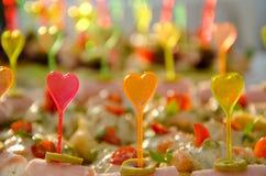 Abastecimiento con los palillos coloridos plásticos de la forma del corazón Imagen de archivo libre de regalías