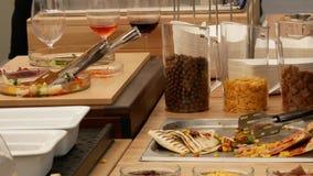 Abastecimiento culinario de la cena de la comida fría de la cocina que cena concepto del partido de la celebración de la comida almacen de metraje de vídeo
