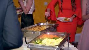 Abastecimiento culinario de la cena de la comida fría de la cocina que cena concepto del partido de la celebración de la comida almacen de video