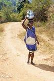 Abastecimiento de agua en la zona rural india Imagen de archivo libre de regalías