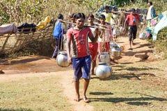 Abastecimiento de agua en la zona rural india Fotos de archivo libres de regalías