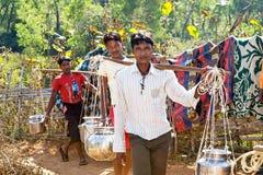 Abastecimiento de agua en la zona rural india Imágenes de archivo libres de regalías