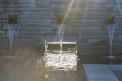 Abastecimiento de agua para una charca del jardín Imagenes de archivo