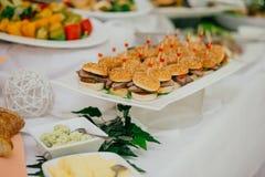 Abastecimiento de la comida de la boda imagenes de archivo