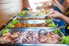 Abastecimiento de la comida fría de la comida en restaurante Fotos de archivo