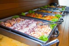 Abastecimiento de la comida fría de la comida en restaurante Foto de archivo
