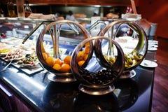 Abastecimiento de la comida fría del diverso cuenco con las frutas: naranja, plátano y Imagen de archivo libre de regalías