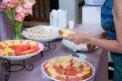 Abastecimiento de la comida fría de la comida que cena comiendo el partido que comparte concepto Foto de archivo
