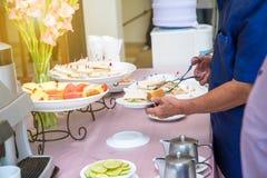 Abastecimiento de la comida fría de la comida que cena comiendo el partido que comparte concepto Imagen de archivo