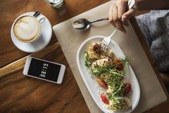 Abastecimiento de la comida que come el desayuno del restaurante del café del teléfono móvil concentrado Fotografía de archivo