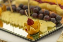 Abastecimiento de la fruta en una placa Imágenes de archivo libres de regalías