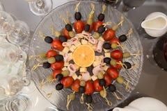 Abastecimiento de la fruta servido en una placa Fotografía de archivo