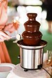 Abastecimiento de la fuente del chocolate en el partido Fotos de archivo libres de regalías