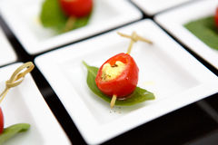 Abastecimiento de la placa de queso de los tomates de cereza del Canape Imagen de archivo libre de regalías