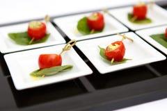Abastecimiento de la placa de queso de los tomates de cereza del Canape Fotos de archivo