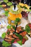 Abastecimiento de la preparación de comida en la boda al aire libre Imagen de archivo