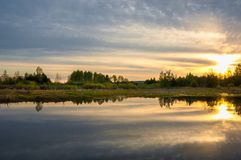 Abastecimiento de la primavera Un paisaje hermoso de la primavera con un pantano, Sunr Imagen de archivo libre de regalías
