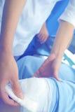 Abastecimiento de los primeros auxilios al paciente en el ER Fotos de archivo libres de regalías