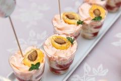 Abastecimiento de lujo de la boda, tabla con los postres modernos, magdalenas, dulces con las frutas Fotos de archivo