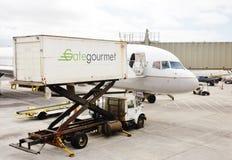 Abastecimiento del cargamento en el avión Fotografía de archivo