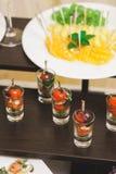 Abastecimiento del partido Ciérrese para arriba de bocadillos, de aperitivos y de fruta Foto de archivo