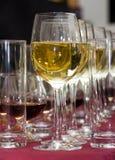 Abastecimiento - fila de los vidrios con el vino 2 Fotos de archivo libres de regalías