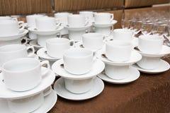 Abastecimiento - filas de tazas Foto de archivo libre de regalías