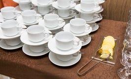 Abastecimiento - filas de tazas Foto de archivo