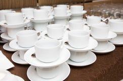 Abastecimiento - filas de tazas Imagen de archivo
