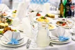Abastecimiento hermoso de la boda en restaurante Fotos de archivo