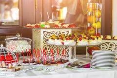 Abastecimiento maravillosamente adornado del banquete con la barra de caramelo Imágenes de archivo libres de regalías