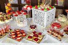 Abastecimiento maravillosamente adornado del banquete con la barra de caramelo Fotos de archivo libres de regalías