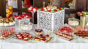 Abastecimiento maravillosamente adornado del banquete con la barra de caramelo Fotografía de archivo