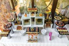 Abastecimiento maravillosamente adornado del banquete con la barra de caramelo Foto de archivo libre de regalías