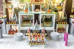 Abastecimiento maravillosamente adornado del banquete con la barra de caramelo Imagenes de archivo