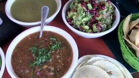 Abastecimiento mexicano de la comida fría del restaurante de la comida almacen de metraje de vídeo