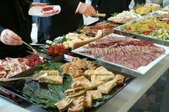 Abastecimiento, peole en la comida fría Fotografía de archivo