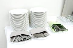 Abastecimiento - pilas de placas y de cubiertos Fotografía de archivo libre de regalías