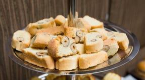 Abastecimiento - placa servida con las galletas de la almendra del biscotti Fotos de archivo libres de regalías