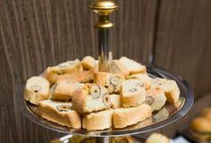 Abastecimiento - placa servida con las galletas de la almendra del biscotti Imagen de archivo