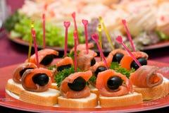 Abastecimiento - salmones con el aperitivo verde oliva Imagen de archivo