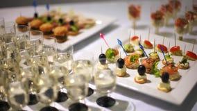 abastecimiento Tabla adornada, salmón del kanape asperjado con las semillas de sésamo, rellenas con queso almacen de metraje de vídeo