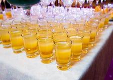 Abastecimiento - tiros de los cócteles del alcohol Fotos de archivo libres de regalías