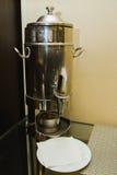 Abastecimiento - un fabricante de café de plata en la rueda de prensa Imagen de archivo libre de regalías