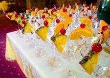 Abastecimiento - vacie los vidrios de cóctel adornados Imagen de archivo libre de regalías